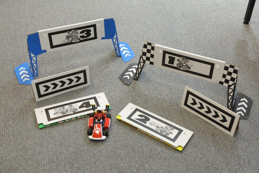 在遊玩時需要用到的遙控車本體、四個閘門紙板和兩個轉彎提示板。