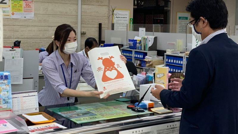 現在奈良的旅遊局及當地銀行都會使用這種紙袋。