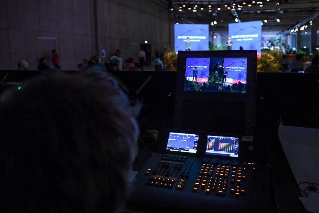 展覽期間不少Keynote都是現場以Live形式製, 影視製作接近電視台規模。