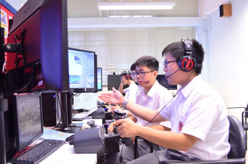 模擬飛行趣味之一是組隊飛行,當中必然需要在指定時間、環境進行溝通,從而提升溝通能力及技巧。