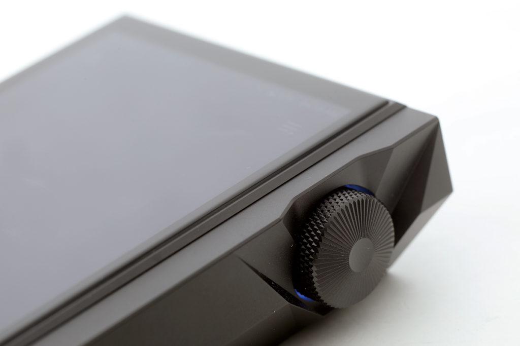 音量旋鈕跟 KANN Cube 同出一轍,當然不少得是變色功能。