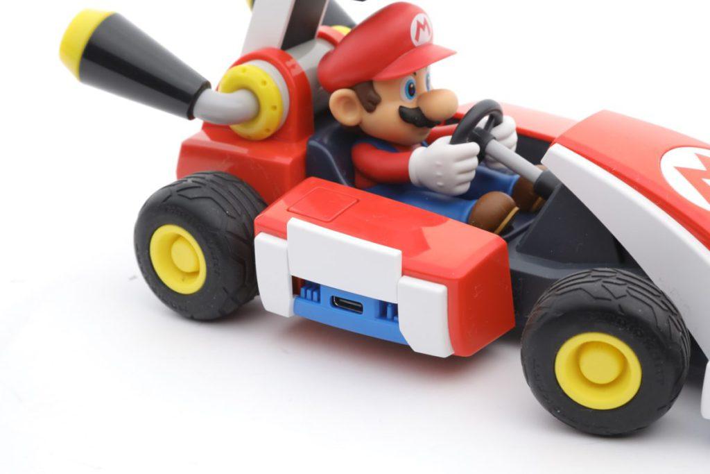 充電口在車身右邊,用 Type-C 充電。