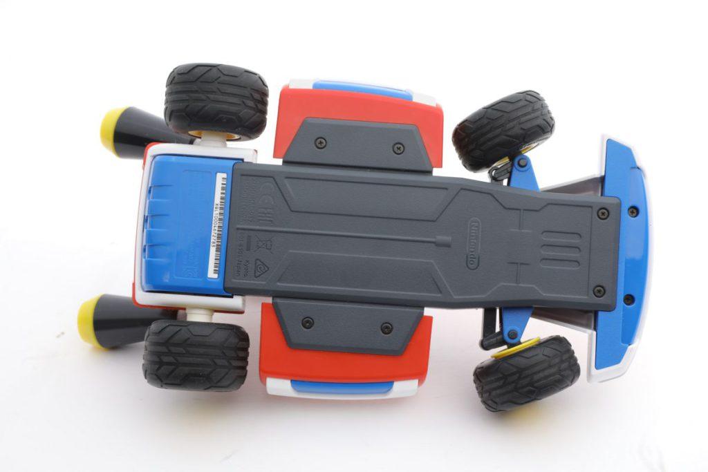 由於賽車底盤比較低,如果想衝上斜路時則不能太斜。