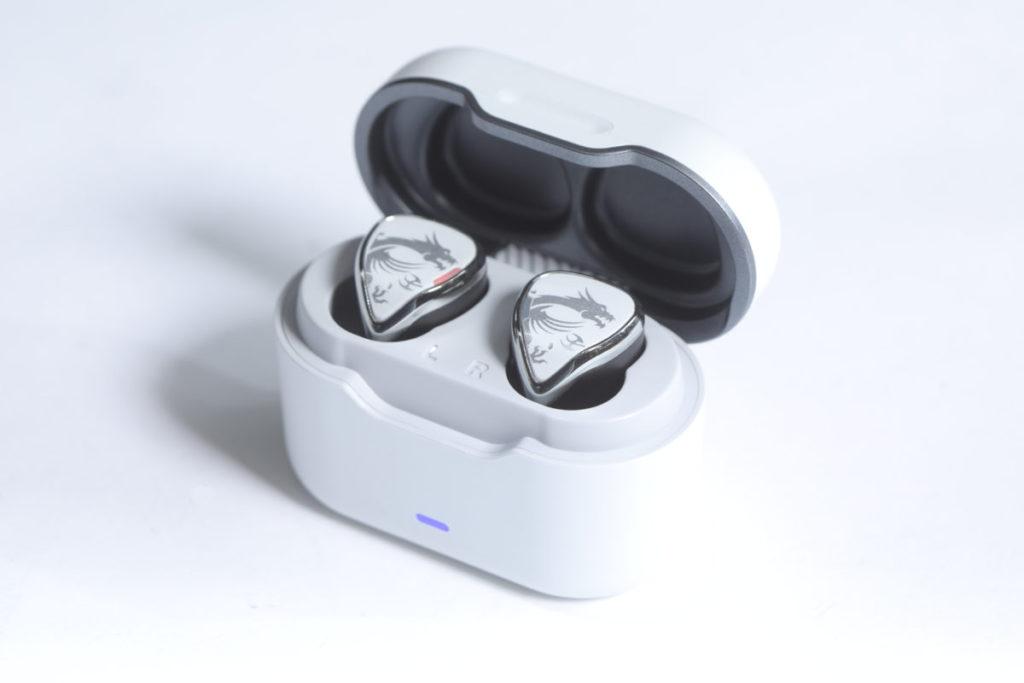 充電盒採用了噴砂珍珠白色,感覺頗精緻