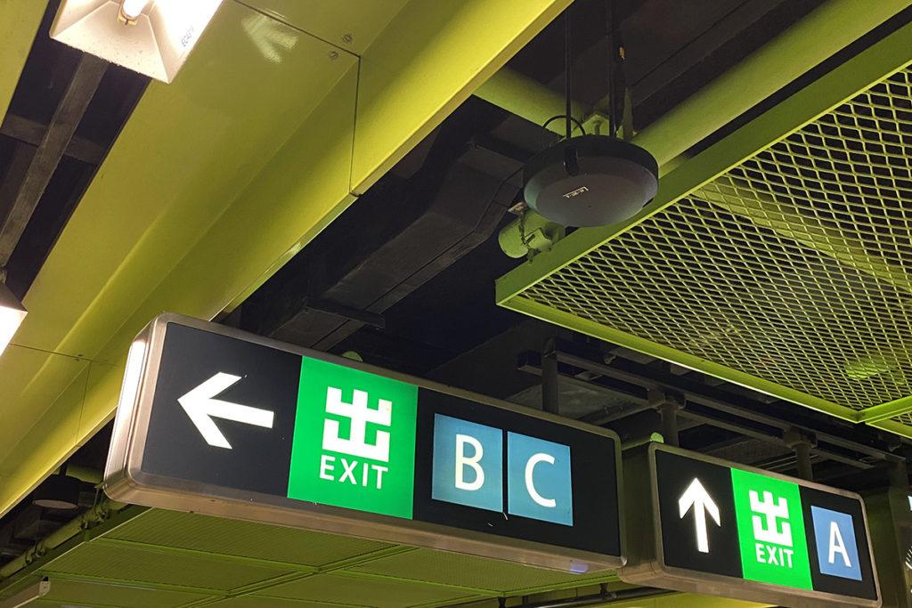 站內天花的圓形天線支援 MIMO 技術,HKT 將港鐵中 2,100MHz 頻譜調撥予 5G 網絡使用,即可提供 5G 覆蓋。