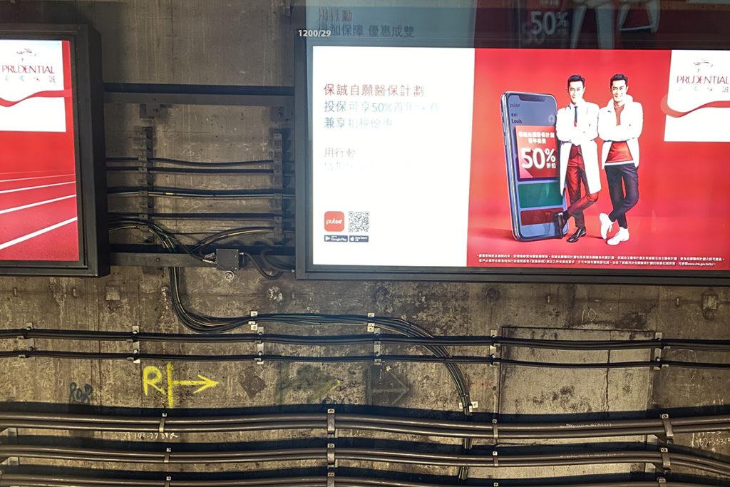 於行車管道內就由藏於燈箱廣告後的洩漏電纜提供 5G 訊號,令列車行駛中亦可有 5G 網絡覆蓋。