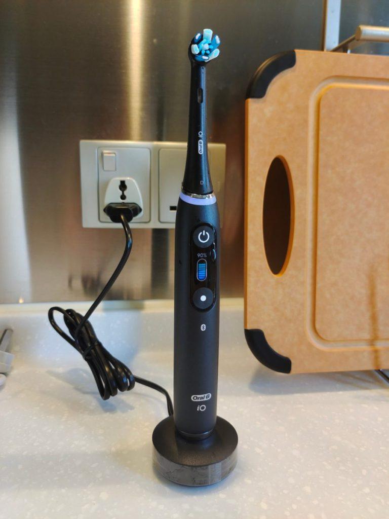 提供吸力適中的磁性充電座,只需充電 3 小時即可使用 2 星期以上。