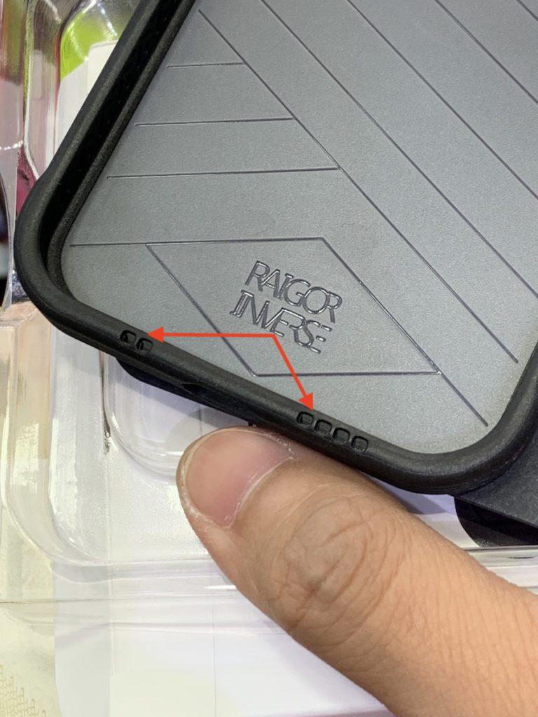 手機殼專門店的店員指出,「兜底前開孔」的機殼設計是為了提升手機播放影片時的音響效果。