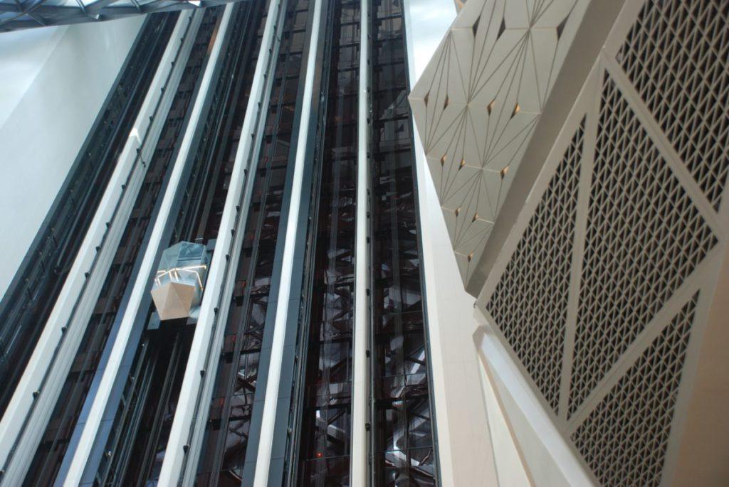 位於中庭大堂的高速全景觀光電梯,可飽覽建築內部的宏偉景觀。