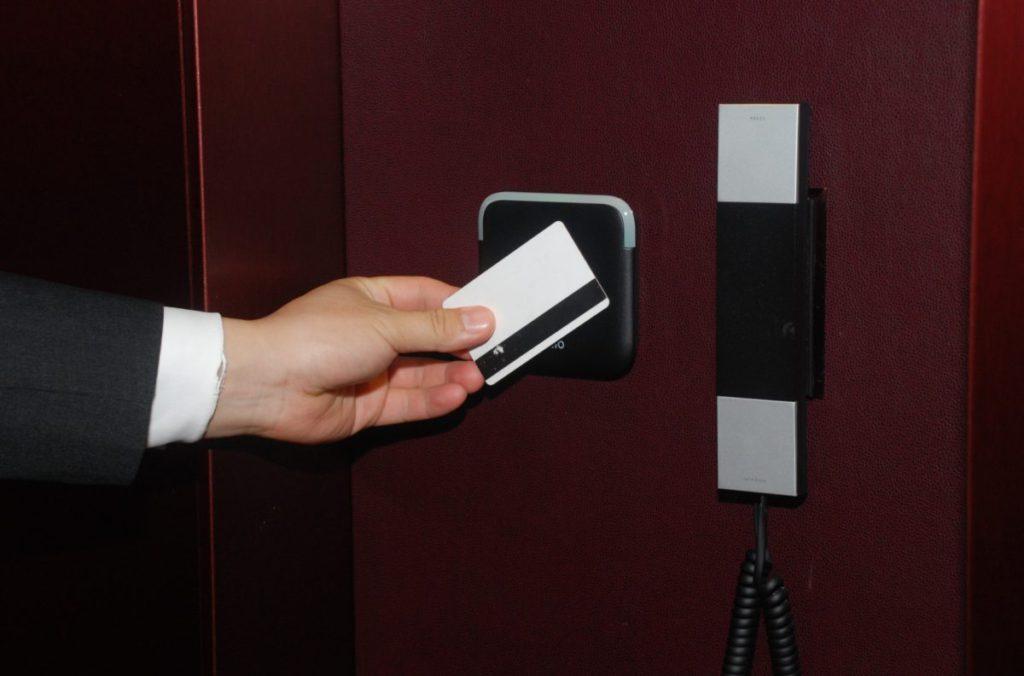 網上續租的住客,可在房間 Lobby 的讀卡器更新房卡資料,不必到前台辦理。