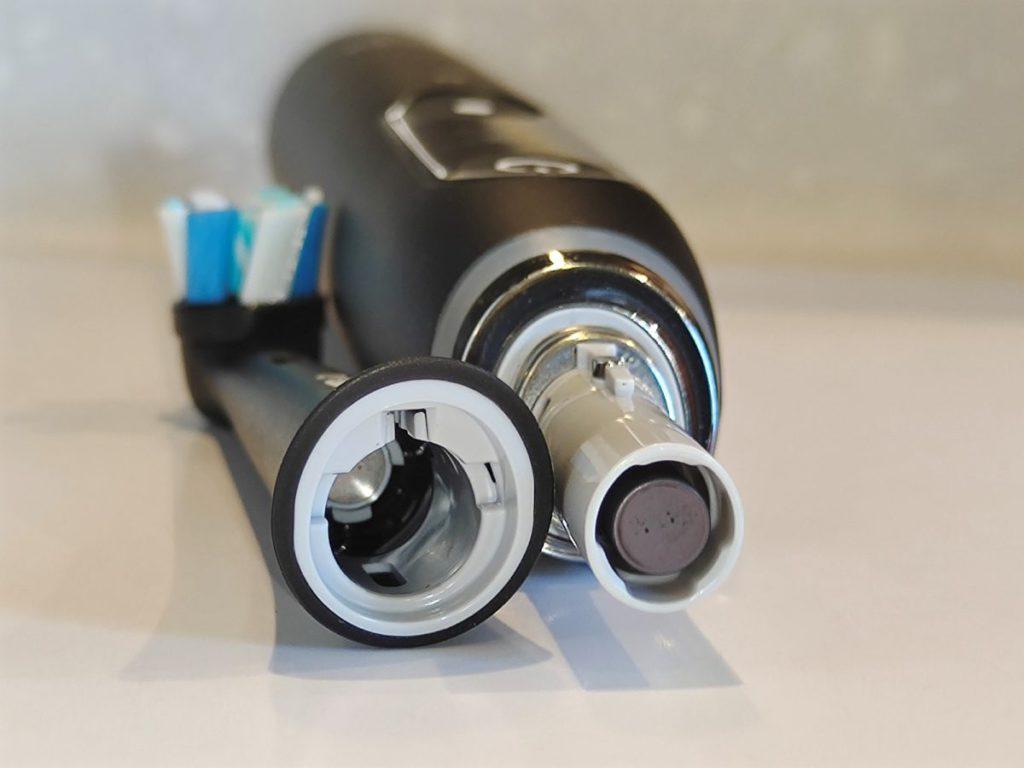 從這圖可見刷頭與牙刷之間採用磁石連接。