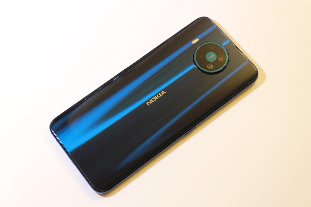 Nokia 8.3 5G 極夜藍相當吸睛,機背用上金屬化工藝,透過光線折射所呈現的漸變色彩。