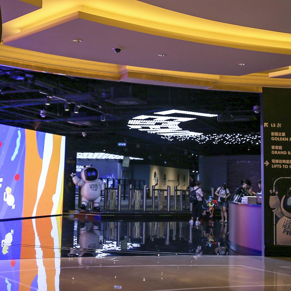 二樓傳奇區設有手帶掃瞄系統,方便客人使用手帶上的二維碼進出。