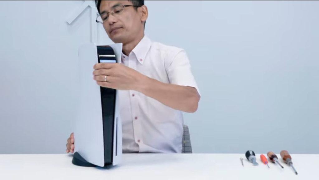 PS5 機身真的相當巨型,放在檯上,機頂和膊頭一樣高。