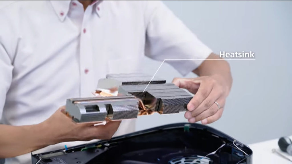 機身內部有個相當巨型全銅散熱器,覆蓋整片主機板。體積是電腦 CPU 散熱器的兩至三倍。