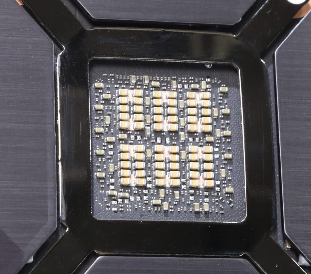 卡背面可見GPU底部全採用MLCC電容。