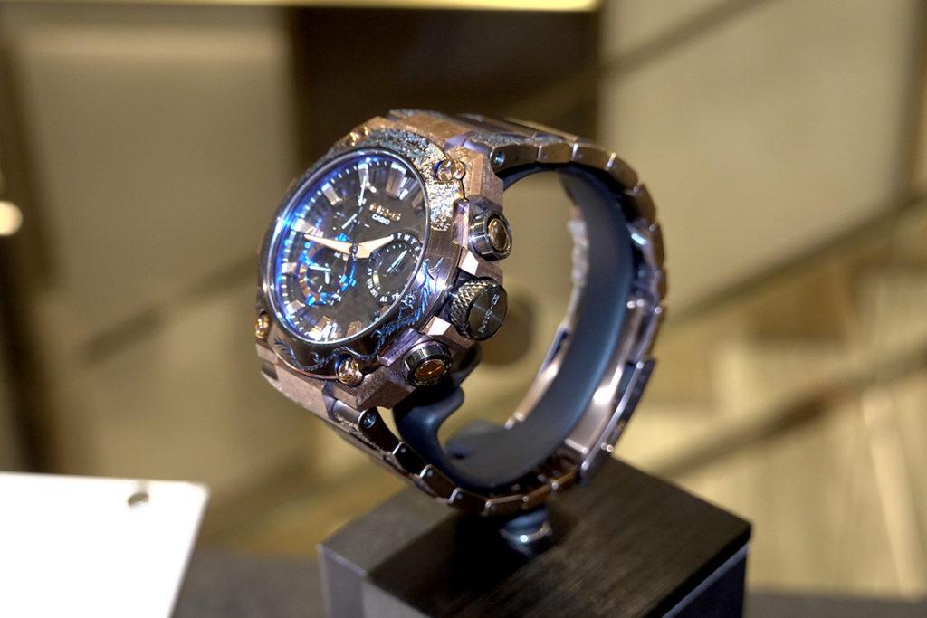 錶右側有人手雕刻而成的龍躍飛天圖案。