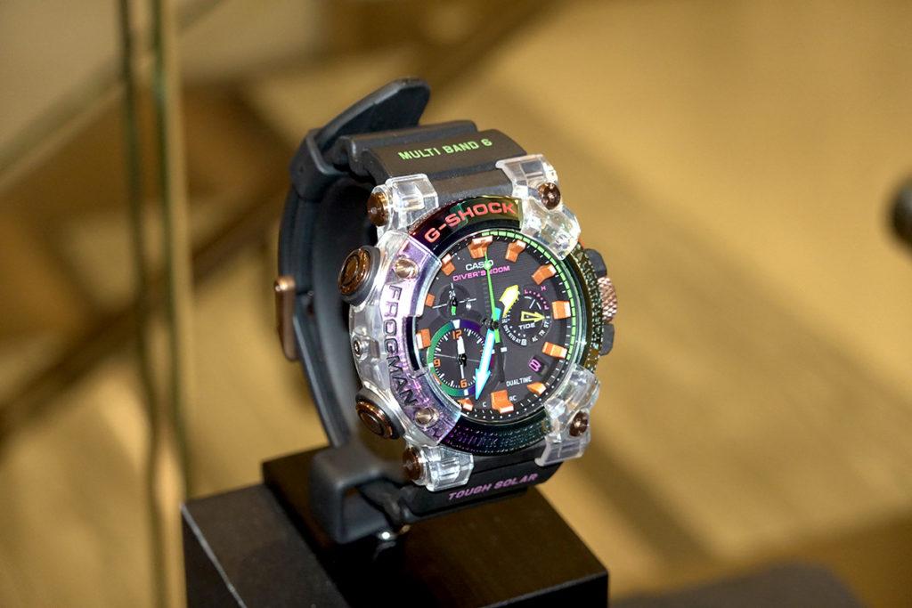 防震手錶 MTG-B1000VL 玩火山閃電現象的色彩。