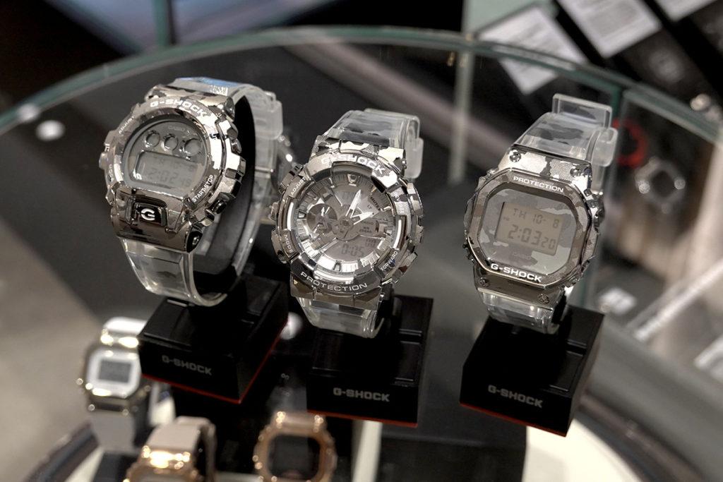另 G-Shock 還有用上鈦金屬的 GMW-B5000TCF-2,錶殻及錶帶都玩鐳射迷彩圖案,頗為獨特。