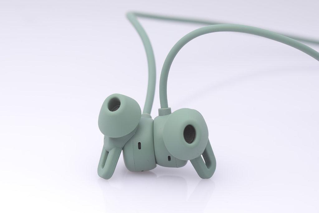 耳塞帶有磁力設計,當分開即會連接手機,快速接聽電話或享受音樂;雙吸即會斷開連接,音樂播放亦暫停,讓用戶可節省耳機電量。