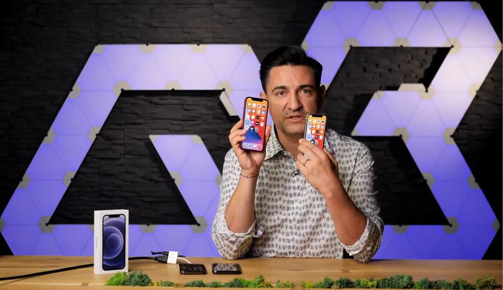 影片一開始時他就將 iPhone 12 與 iPhone 12 Mini 比較,可見 iPhone 12 Mini 機身細但仍可容納大芒。