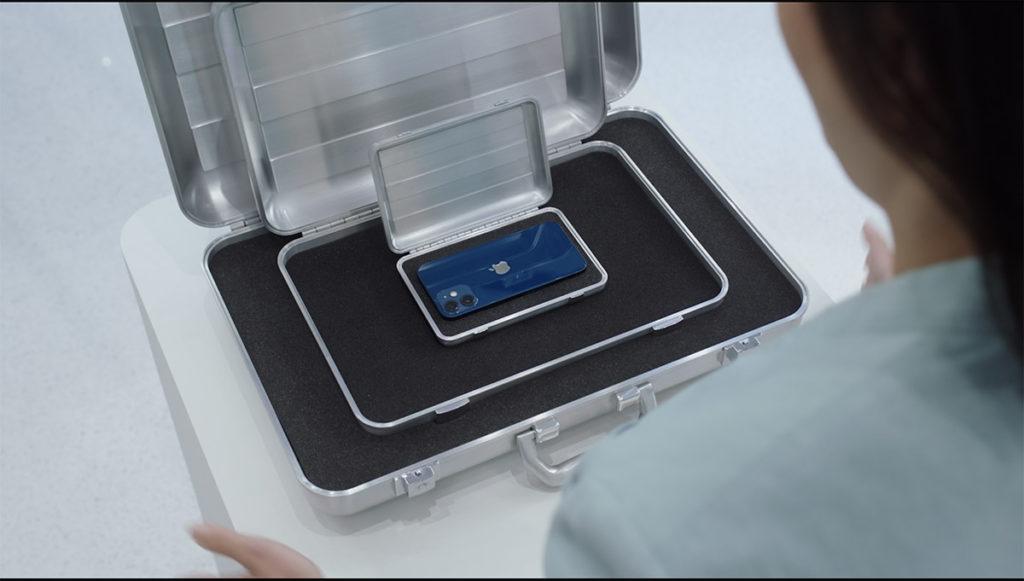 發布會中利用箱中箱帶出 iPhone 12 Mini可見其小巧。