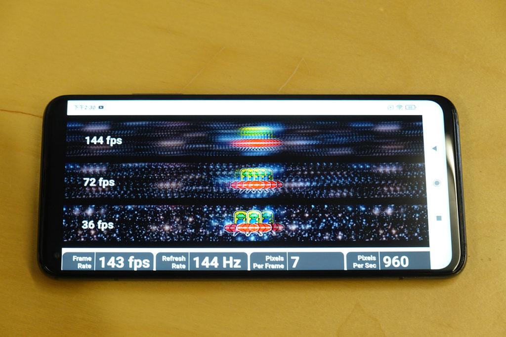 利用 UFO Test 網站檢測屏幕更新率,實際可見 144Hz 一行顯示非常流暢。