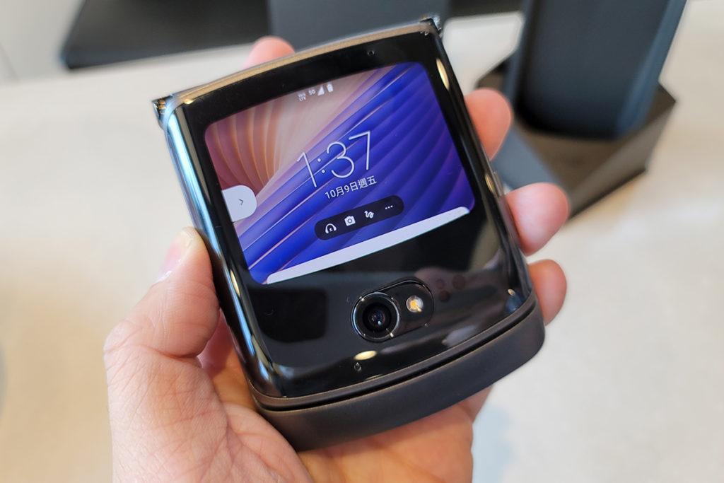 機面具備一個 2.7 吋副面屏幕,於摺合時也可傳送訊息或使用其他應用程式,亦可配合 20MP 前置鏡頭作自拍用。