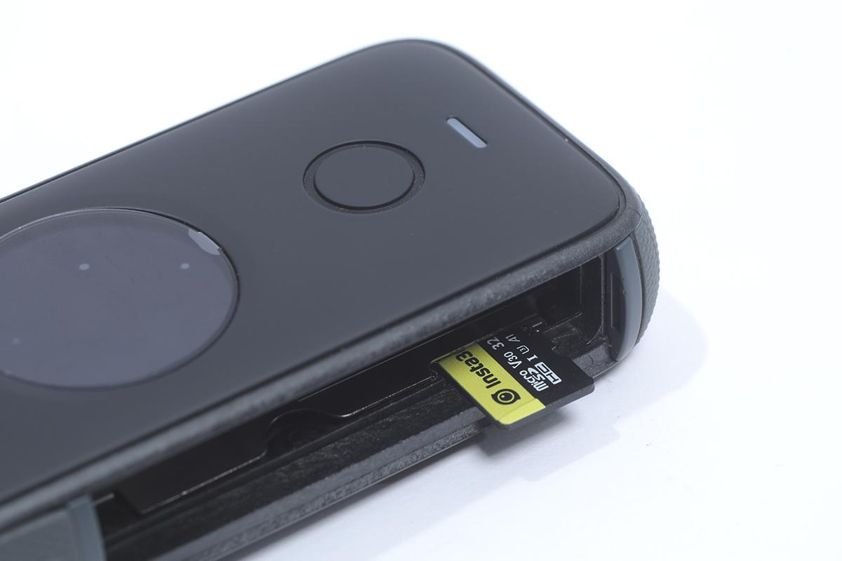 拆出電池會見到 microSD 卡槽,記住要用 V30 的卡來拍片。