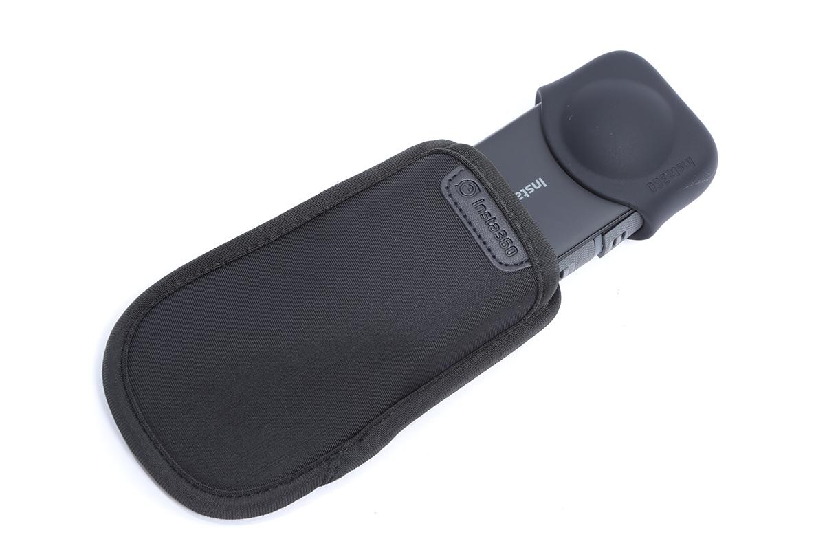 隨機附送的便攜機套,有需要可另買 Len Cap 只保護鏡頭。