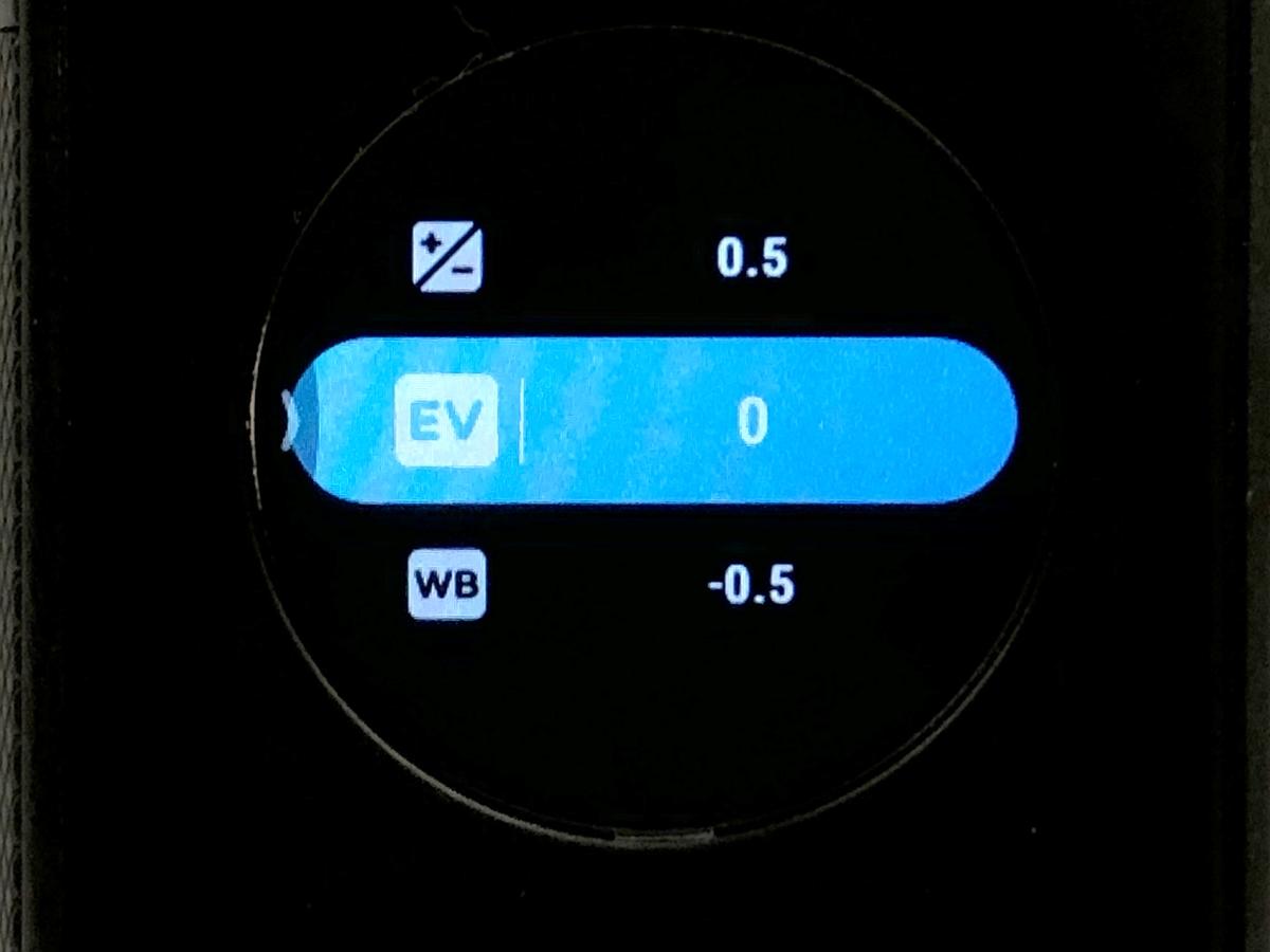 由右向左拉為拍攝選單,用戶可選擇自動或手動拍攝,若選手動還可設定曝光、白平衡、EV等。