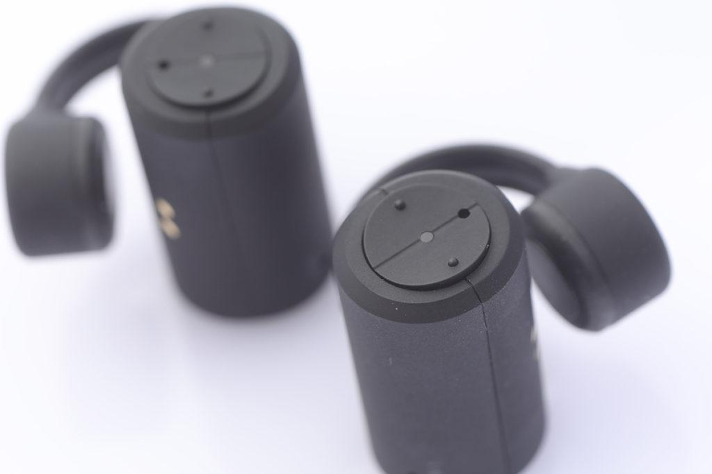 藏有主要組件的圓柱體上,每邊備有兩個按鈕,以作不同操控。