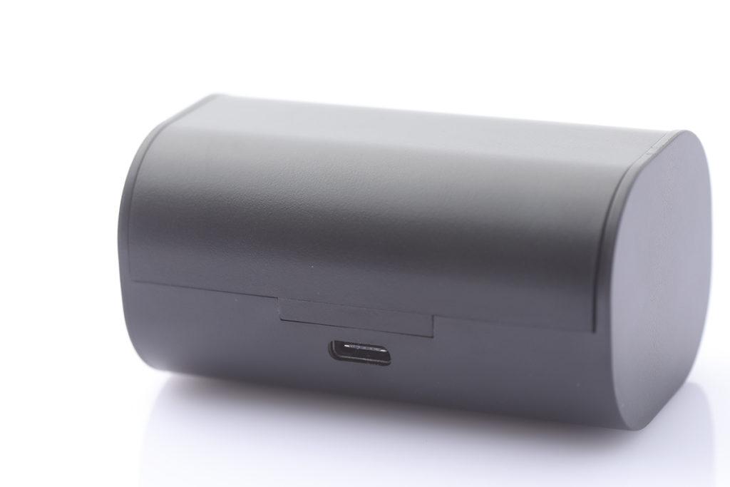 便攜式充電盒使用 USB-C 介面充電。