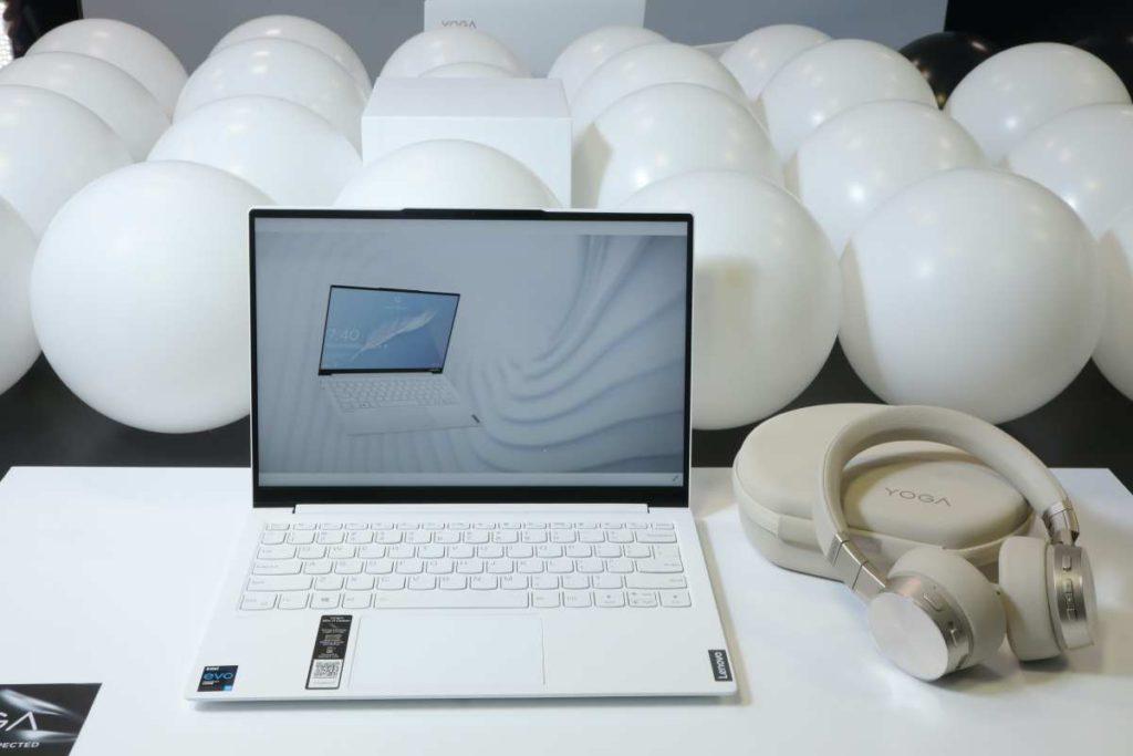 白色 Yoga 7i Carbon 有別於過往 ThinkPad X1 Carbon 的保守感覺, 16:10 屏幕用盡了屏佔率,機細屏幕大。
