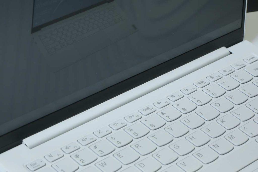 16:10 比例屏幕緊貼下方, 比 16:9 屏更能用盡 13 吋機身。