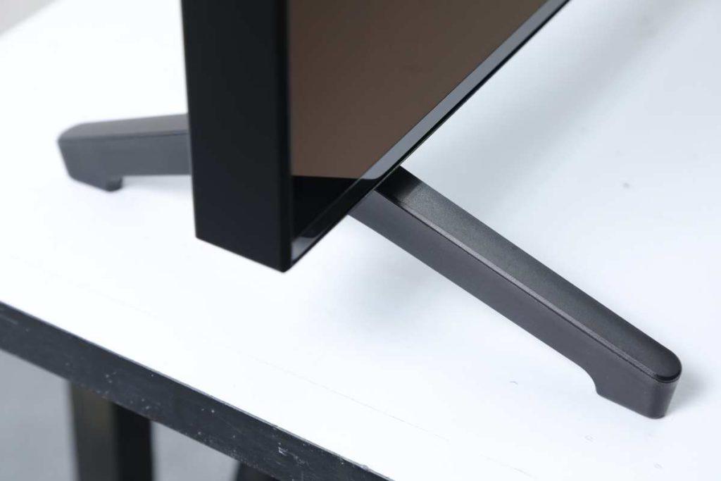 Q700T 使用的機腳相當簡單,左右兩隻膠製機腳上緊鏍絲便成。
