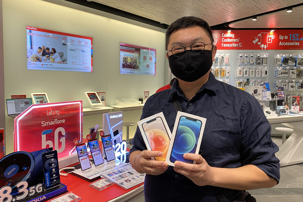 陳先生表示「打孖上」選購了藍色及白色128GB 容量的iPhone 12 予家人使用。