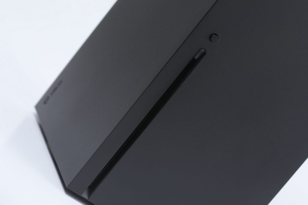 正面左邊設有光碟機,除 XSX 的遊戲外亦可對下兼容至最舊版 Xbox 的光碟。