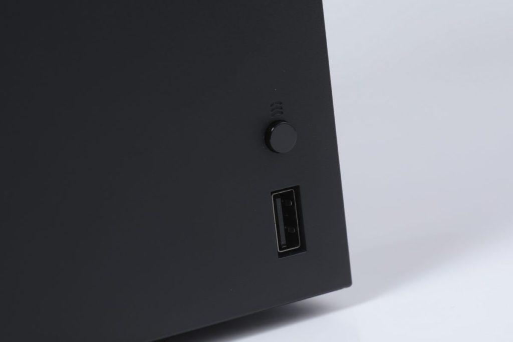 主機正面右下角有一個 USB 3.1 及配對鍵。