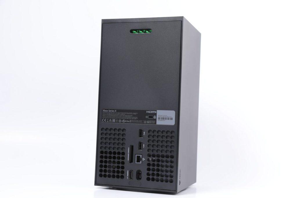 機背部分有 RJ45 乙太網絡接口、2個 USB 3.1 、HDMI 2.1 、儲存擴充插槽及電源插口,亦可見形形色色的散熱孔。