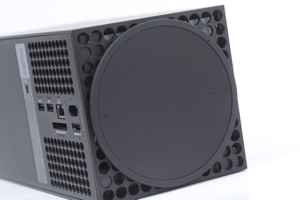 底部的橡膠圓形底盤除了直立主機外,同時增加其散熱空間,仔細一看更可見到來自 Xbox 官方的「 Xbox Hello From Seattle 」打招呼。