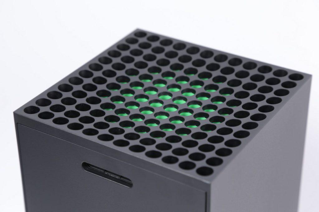 綠色部份只是散熱孔上的塗裝並非 RGB 燈,該部份下方正是大型散熱扇。