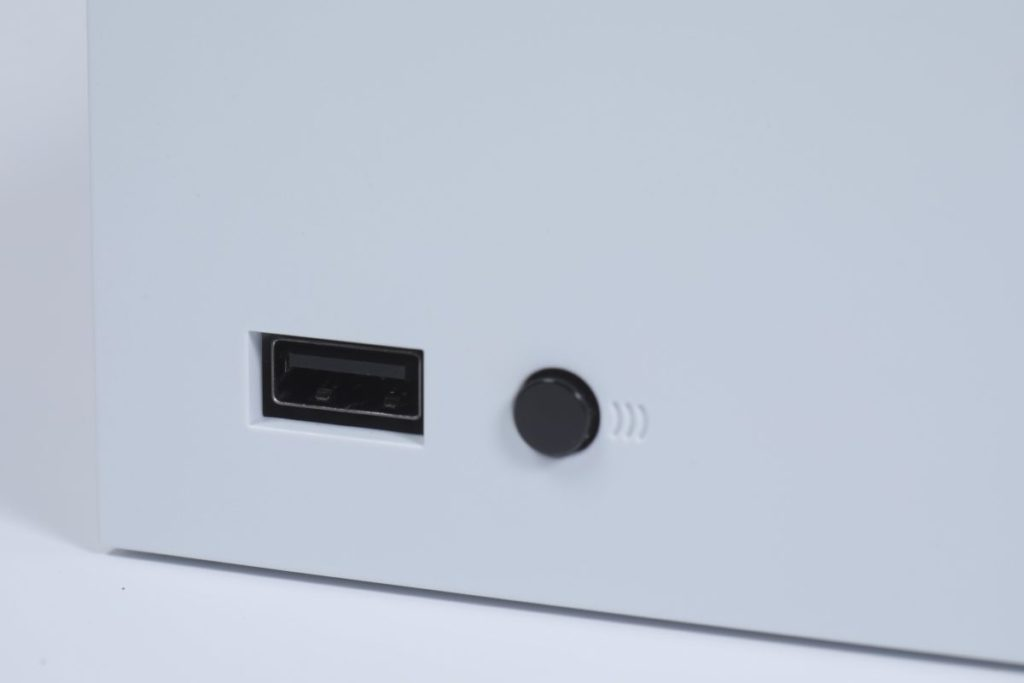 USB 3.1 及配對鍵在主機正前方。