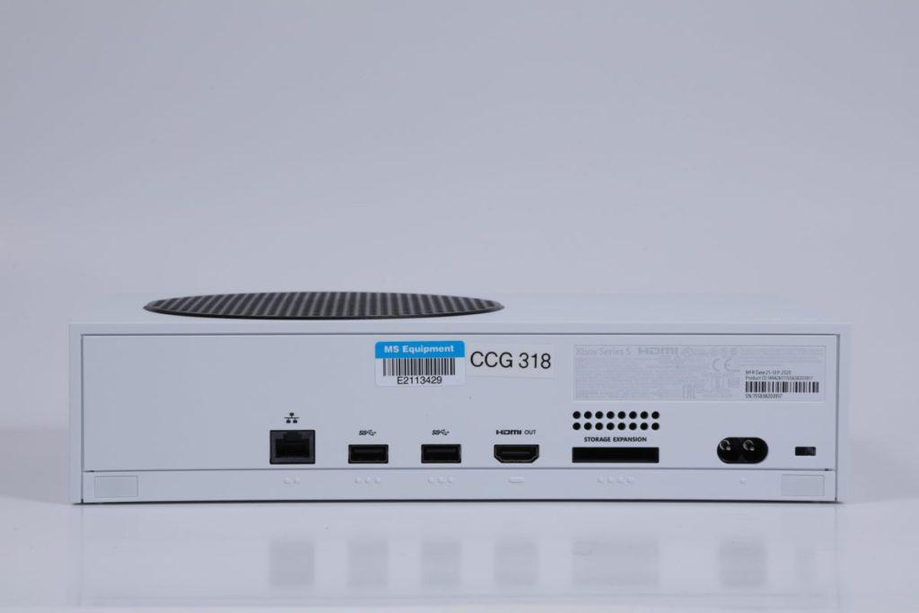 背面有 RJ45 乙太網絡接口、2 個 USB 3.1、 HDMI 2.1 、儲存擴充插槽及電源插口。