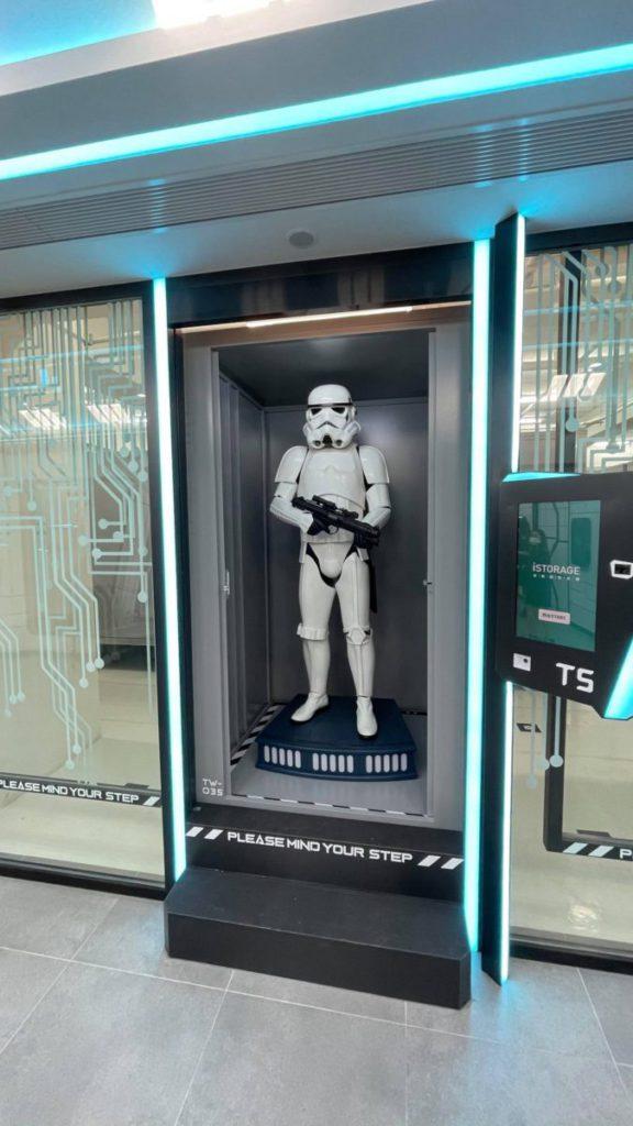 每個 4 x 4 x 6.5 ft 的智能移動倉可以載重 750kg,連等身大的星戰 figure 也放得下