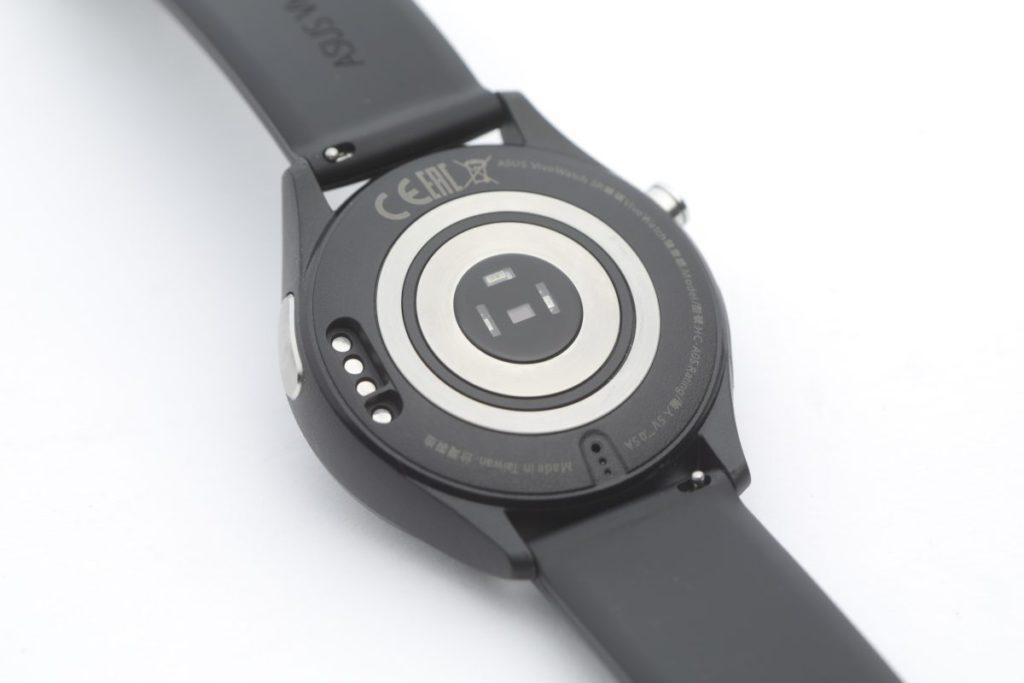 錶底最外圈為微電感應器,另外錶框左下亦有。
