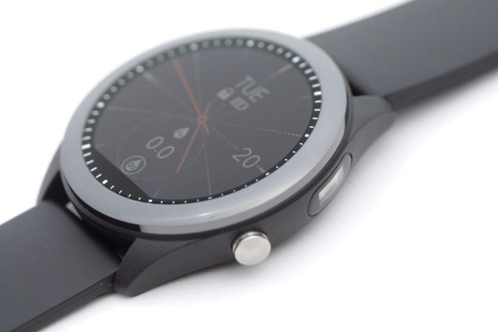 錶框右上置入了光學感應器,與錶底的感應器組成雙組雙感應器規格。