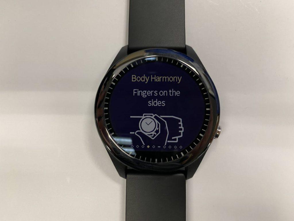 只需簡單地將手指按於錶框左下及右上的感應器,即可測量心率及其他數據。