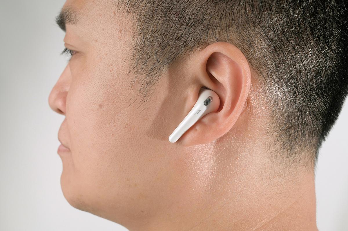 戴上 ComfoBuds 後感覺極輕盈,而且並不深入耳道,長時間戴著也很舒適。