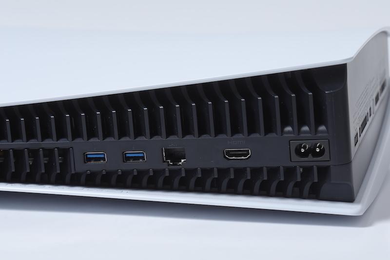 機背兩個 USB 3.1 、 RJ45 LAN、 HDMI 及電源插頭。